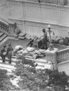 Força Pública (atual Polícia Militar) protegendo o Palácio Guanabara no dia 31 de março de 1964.