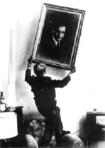 Revolucionários retiram retrato de Salazar da parede